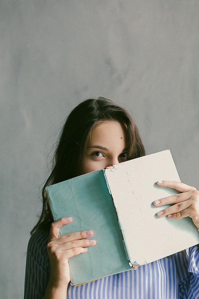 Student mit einem Notizblock bei der Planung