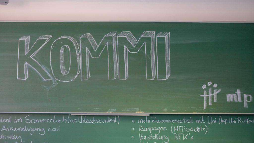 """Tafel mit der Beschriftung """"Kommi"""""""
